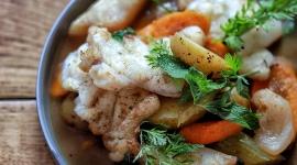 Le pot-au-feu de légumes aux épices Grand Beau et médaillon de lotte juste snacké / Crédit: Jennifer Hart Smith