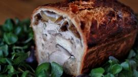 Le pâté en croûte végétarien au céleri fumé, épinard, chou-fleur et champignons Eryngii / Crédit: Jennifer Hart Smith