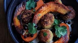 Les veggie balls au cumin, gomasio, levure maltée, algues et crème végétale tahini, patate douce et potimarron / Crédit: Jennifer Hart Smith